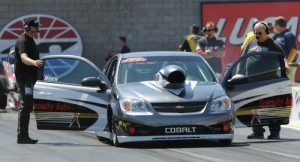 Ken Reich (left) and Al Bowdish make final run preparations at NHRA Las Vegas