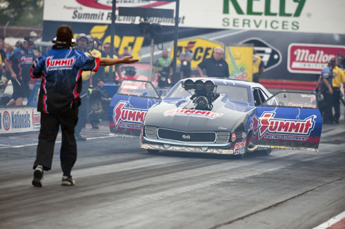 Kenny Lang backs up after his burnout.  The Manitoba racer got in the PM field on the bump - and lost to Rowe in round one