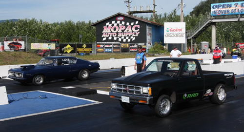 Jim Behnke, raced his '67 Cuda past John Tabak in the all Canadian Pro ET final round.